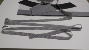 Для окантовки нижнего среза обтачки, края подборта и нижнего среза юбки − используем косую бейку, которую предварительно разутюжим и слегка оттянем под утюгом.