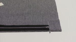 Молния у нас длиной 75 см, а юбка − всего 60 см. Молнию придется укоротить.  По низу юбки поставим отметку ширины подгибки (у нас − 4см). Прикладываем молнию к отметке по середине передней детали.