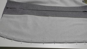 Скалываем и стачиваем детали юбки по боковым срезам.