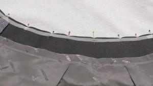 Выворачиваем изделие на изнанку. По верхнему срезу со стороны обтачки дополнительно проклеен долевик, чтобы избежать растяжения среза в процессе носки (все-таки трикотаж и дублерин на обтачке для трикотажа!)